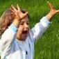 jeune enfant dans une prairie